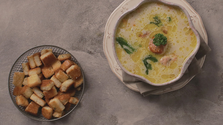 White soup with chicken meatballs, cinnamon, hummus and cardamom